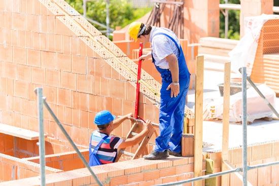 Bauleiter prüfen Hausbau